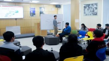 Chuyên gia từ THINKZONE huấn luyện cho các nhóm khởi nghiệp tại Đại học Công nghệ